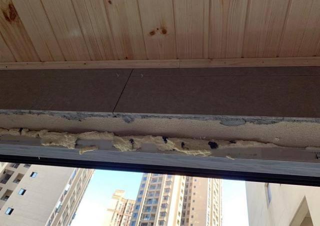 师傅坚持不把瓷砖贴在窗沿上,连钱都不加,说