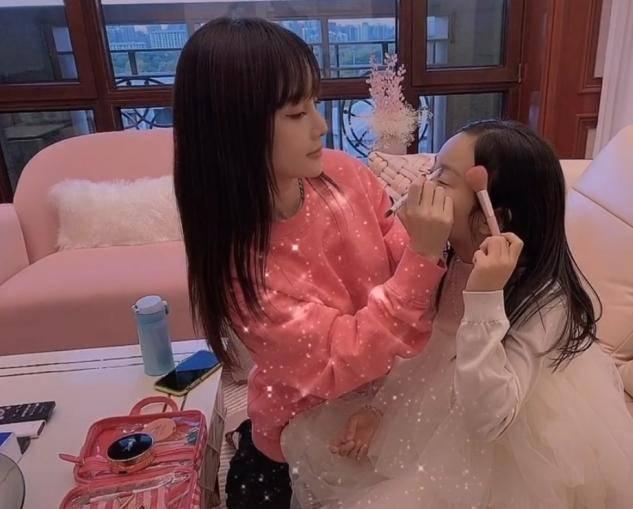 李小璐晒视频为甜馨庆生,教8岁女儿化装惹争议,网友:爱漂亮无罪(图2)