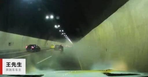 超速行驶的汽车的隧道着火并突然起火。