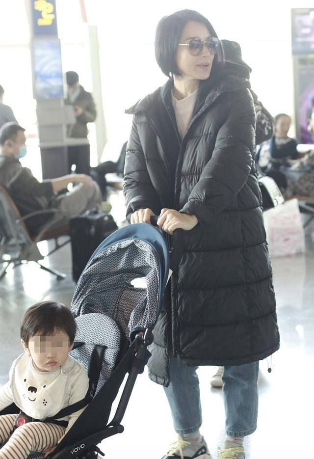 胡杏儿带娃现身机场,偶遇黄梦莹热聊,儿子猎奇观望萌态实足(图4)