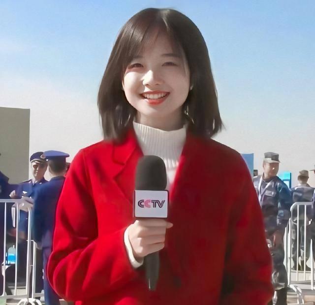 """""""央视最美记者""""王冰冰爆火霸屏!穿西装干练又飒气,笑容美过章泽天"""
