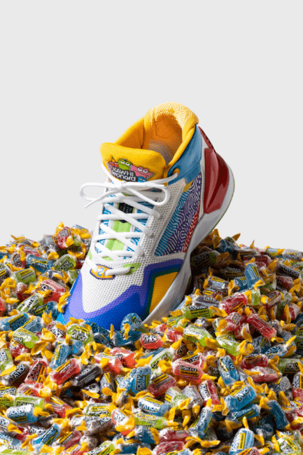 "New Balance x Jolly Rancher ""The Kawhi"" 签名篮球鞋"