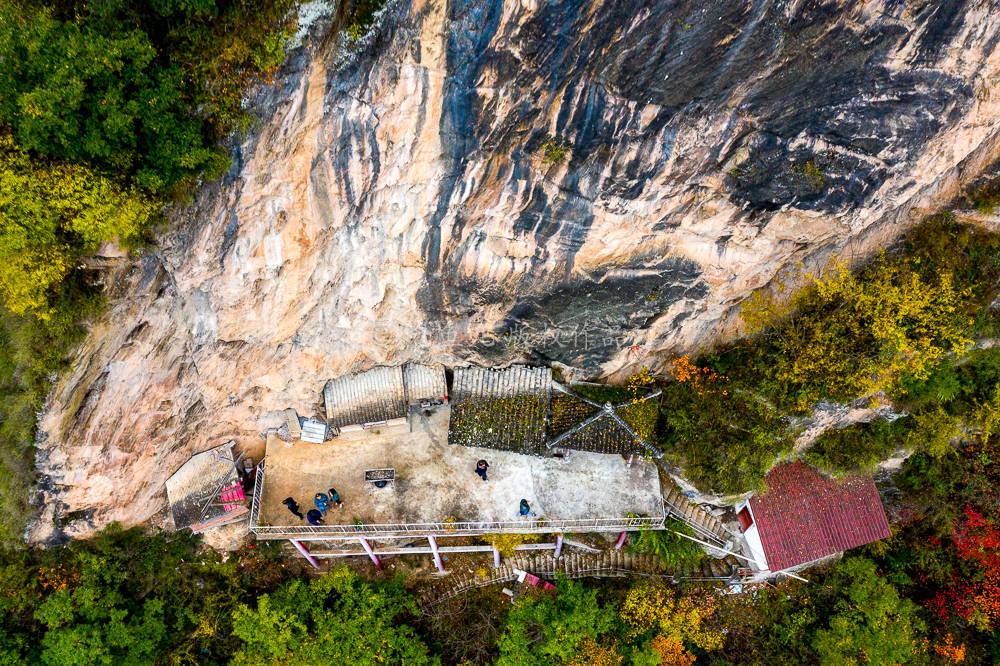 """秦岭深山发现一座""""挂""""在悬崖上的寺庙,大门紧闭空无一人,何时修建成谜"""