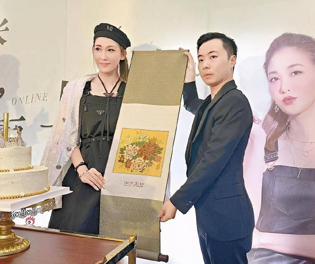 37岁李彩桦为新店站台,现场展示冲奶茶手艺,网友赞有模有样