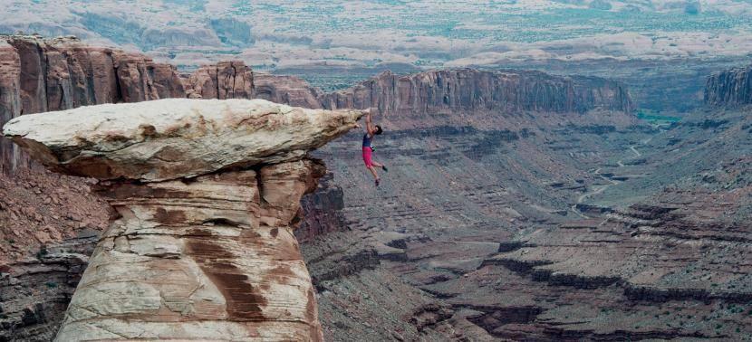 1992年,法国攀岩者凯瑟琳·德蒂韦勒用手抓住美国犹他州摩西塔的边缘,身体悬在半空中。