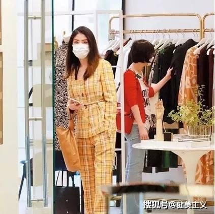 48岁陈慧琳街拍生图曝光,女人看了都羡慕,请问女神是不会老吗?