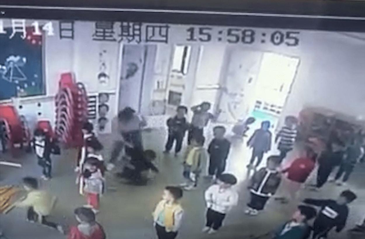 监控还显示有两名老师对班上的小孩动了手