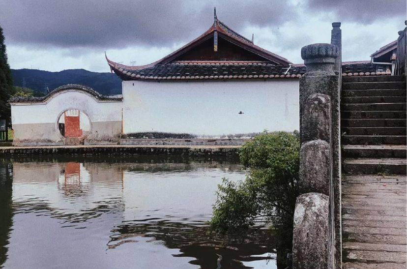 原创             福建一个小众村落,村里一汪鲤鱼池,人鱼同乐已经800年