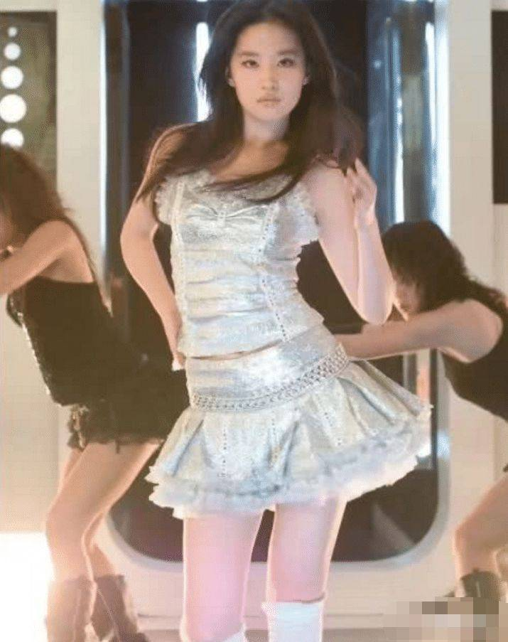 刘亦菲19岁的照片流出,看清楚她旁边伴舞:他也做过这事?