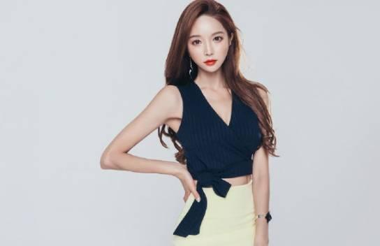 时尚穿搭:身材婀娜的紧身裙美女,彰显柔美气息,韵味十足!
