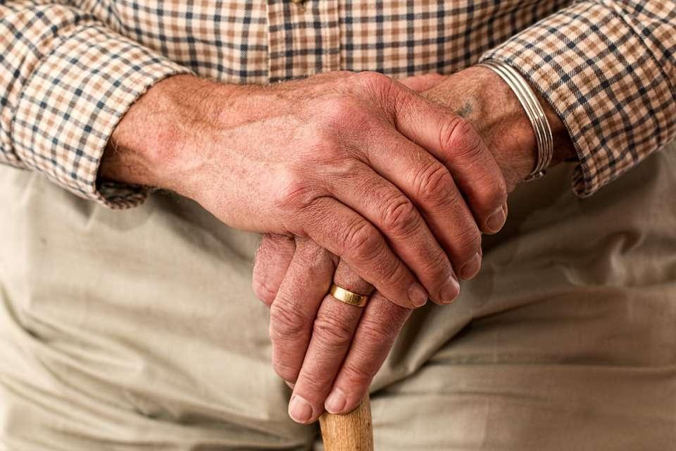 """感染人数9年翻5倍!为何老年人,也成了艾滋病的""""高危人群""""?"""