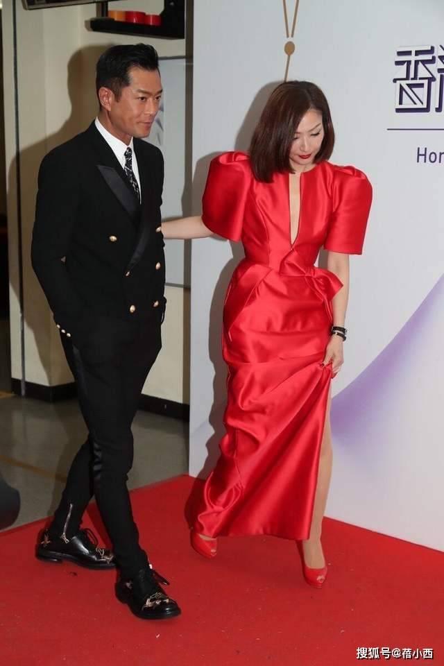 郑秀文穿红色连衣裙好美,古天乐西装Look,荧幕CP合体亮相