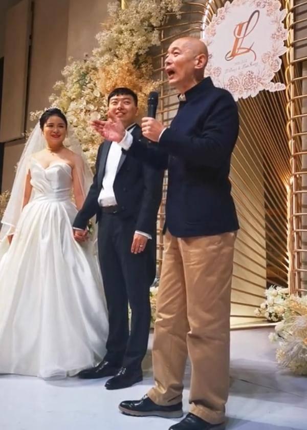 葛优当婚礼主持人 打扮朴素略显憔悴