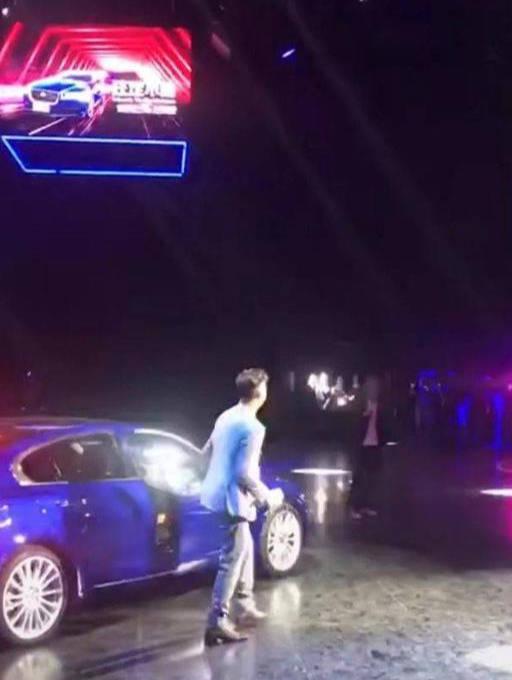 原来的街道上出现了一辆蓝色的豪车,但是开门下来的人却亮了