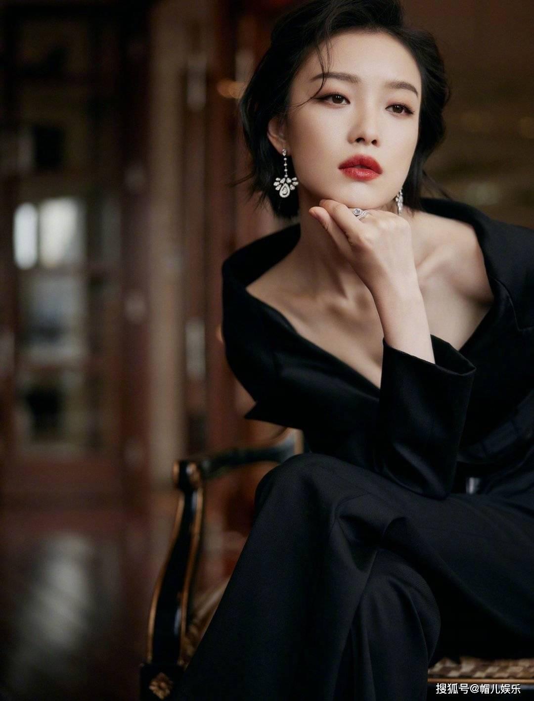 倪妮最新活动造型,性感红唇搭配深V黑色礼服,又美出了新高度
