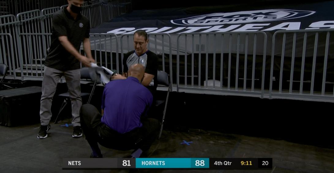 篮网球员卢瓦乌传球失误后篮球砸在裁判腿上