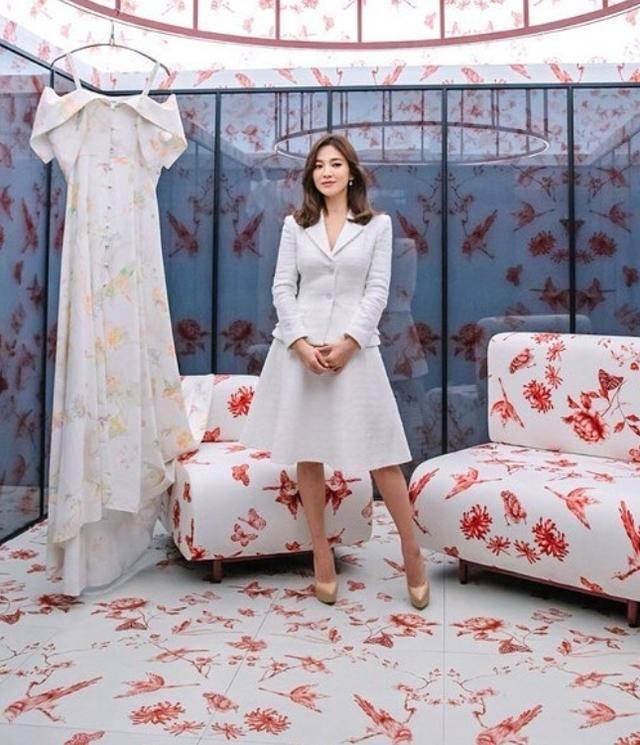 宋慧乔单身后越活越美,穿白西装配短裙,39岁完美御姐范