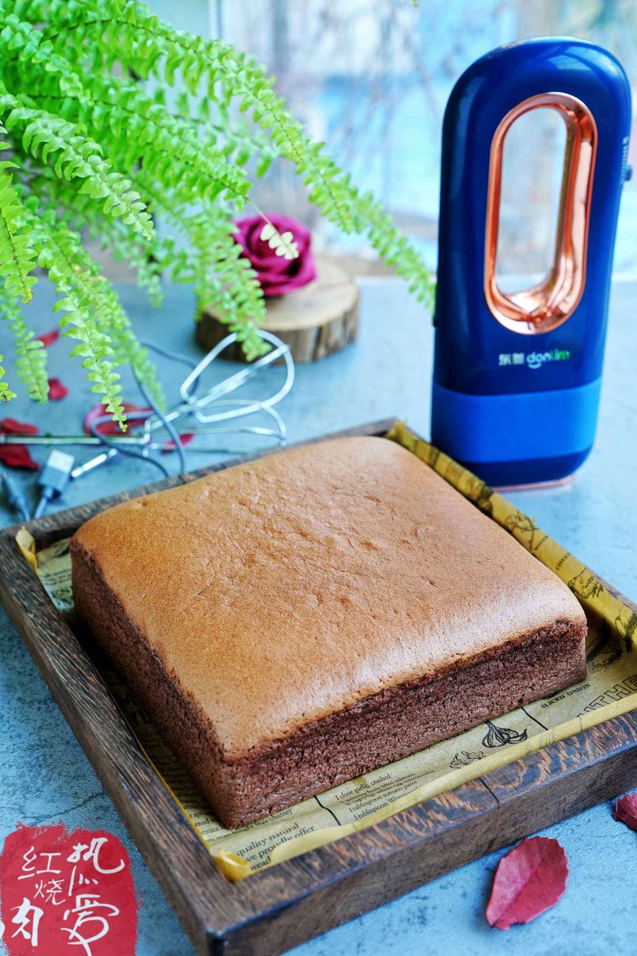 原文这个蛋糕做好了可以摇一摇,口感细腻柔软,冷藏后更好吃。这些材料简单易做