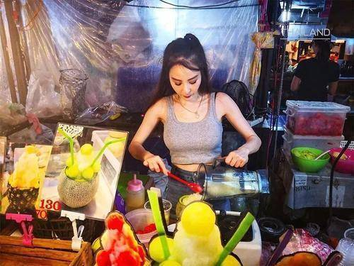 众游客围观泰国水果西施,表示:见面不如闻名,就这颜值还西施?