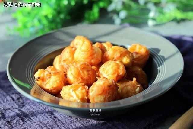 原来炒萝卜球放淀粉是不对的。厨师教你正确的油炸方法,让它们变得又脆又嫩