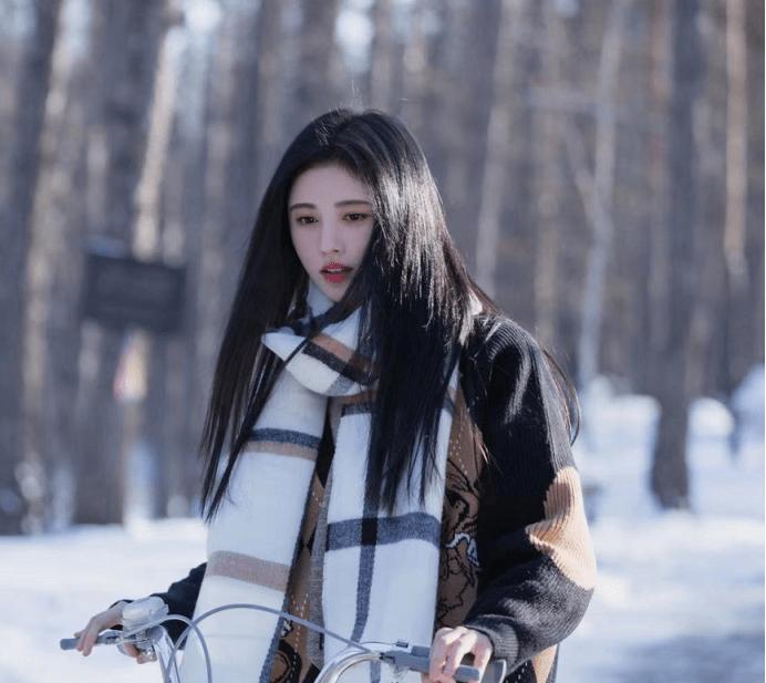 鞠婧祎新歌mv上演清新风!白衬衣配卡其色马甲,满满的校园感