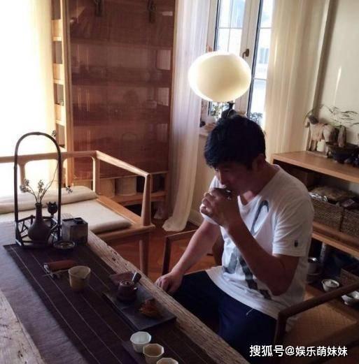 参观孙楠生活中的家,在家唯一爱好就是品茶,还有专门的茶室