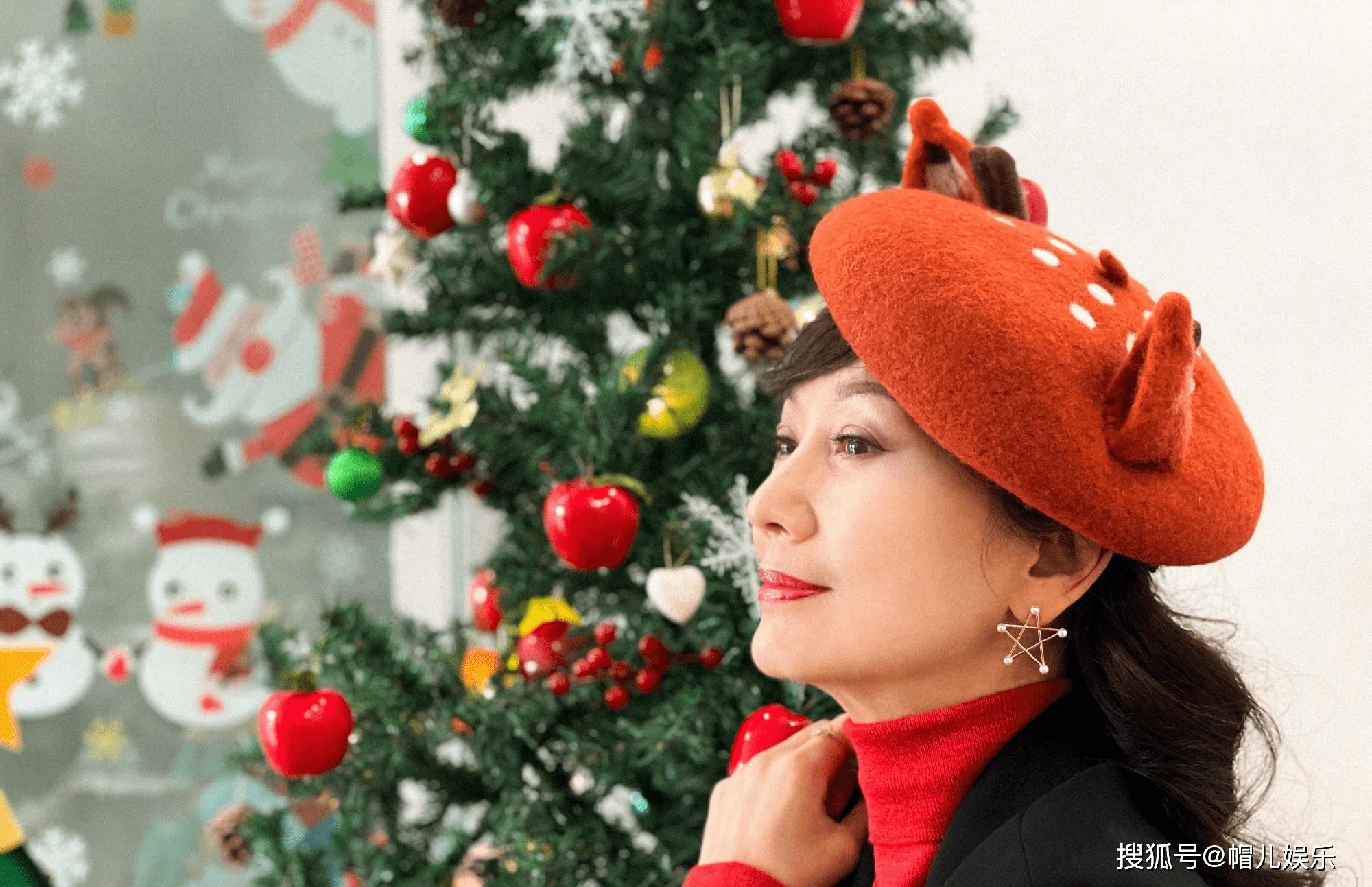 赵雅芝不惧年龄,66岁凹少女感,毛衣马甲搭贝雷帽,看着真年轻