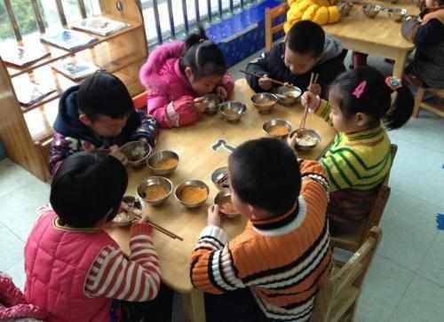"""幼儿园午餐""""丰富"""",一勺子下去全是虫子,园长:无害放心食用"""