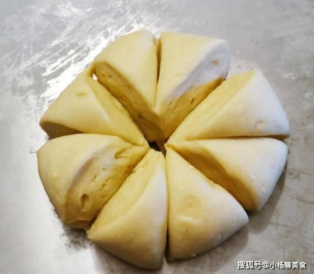 松软的小面包,小时候的味道,蛋香味十足,做好之后过于馋人