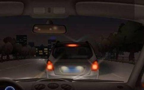 看到对方车向你闪三下大灯,要注意了,很多司机都不知道怎么回事