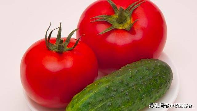 1把勺子就能给西红柿去皮?20秒轻松搞定,比热水烫简单省事