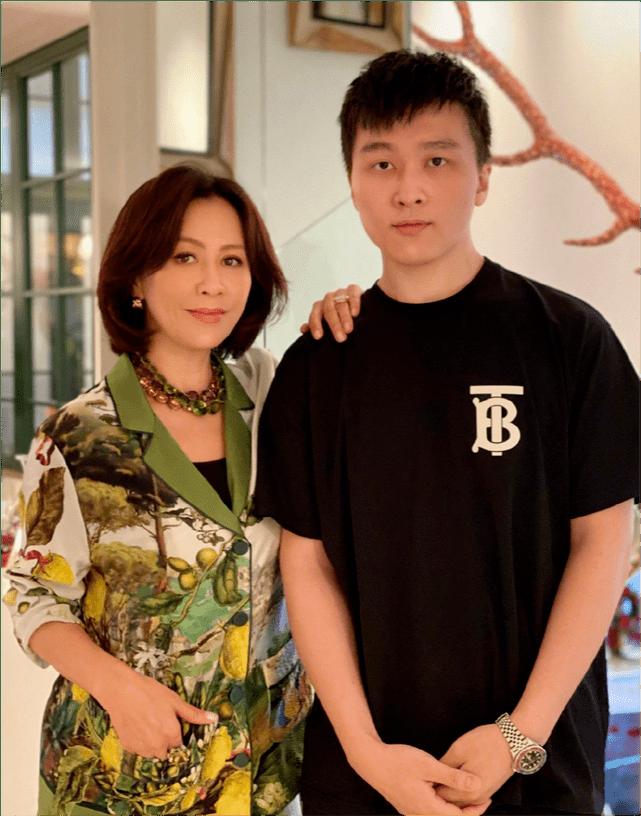刘嘉玲为弟媳庆生,最新全家福曝光,51岁弟妇感动回应:心很暖  第14张