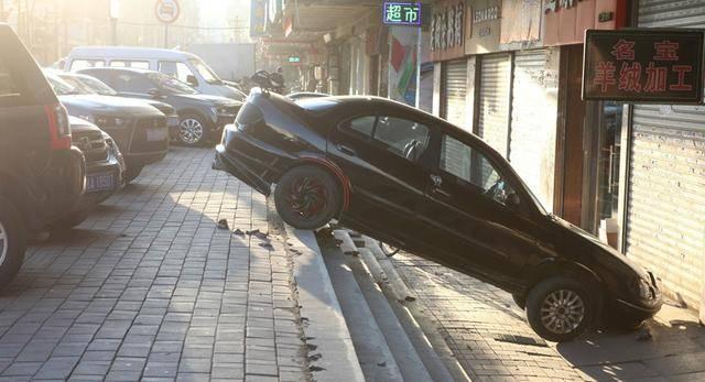 原女司机第一次停车失败。200块钱找人开车出去开:我做不到