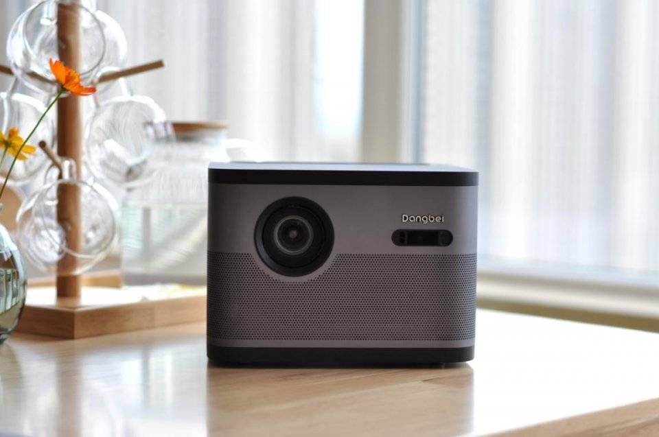 100英寸电视和投影仪哪个好?客厅是放投影仪还是电视好?