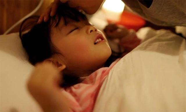孩子多大能分床睡,越早越好?李玫瑾教授:至少得到这个年龄以后