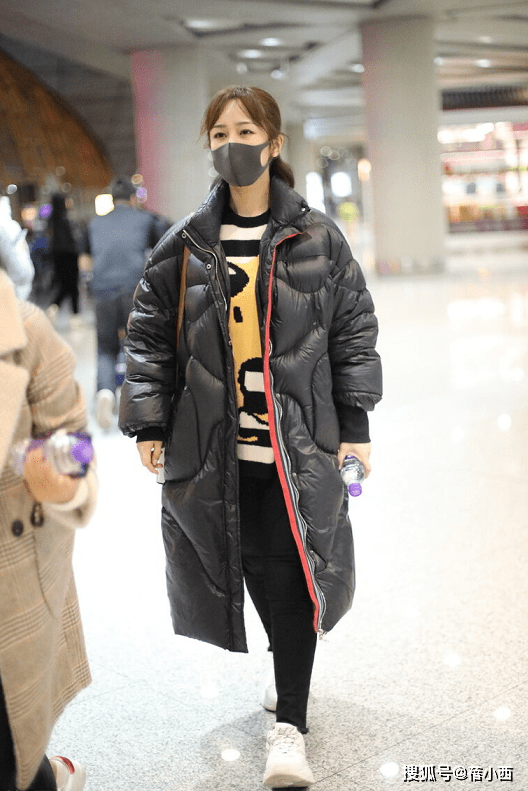 杨紫的造型师再次成功,黑色长款羽绒服配半扎发型,看上去真时髦