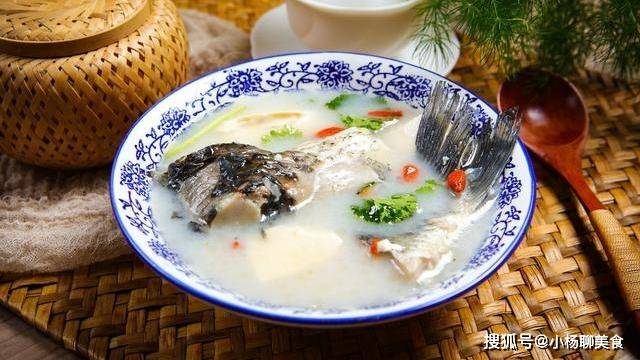 炖鱼汤最忌这味调料,腥味出不来,鱼汤浑浊又难喝,你中招了吗