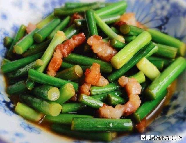 炒蒜苔时,很多人都做错了,学会这样做,蒜苔翠绿脆嫩更入味