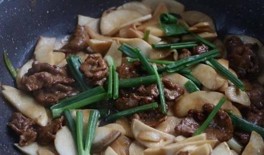 """鸡腿菇的家常小炒,不用猪肉用牛肉,嫩爽如""""鲍鱼"""""""