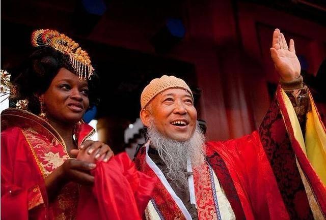 53岁画家,曾因为真爱娶下24岁非洲姑娘,举办中式婚礼耗资4000万