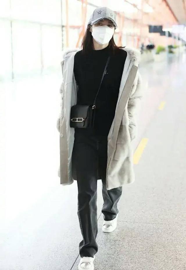 原创             蒋勤勤穿衣从不扮嫩,穿灰色皮草配牛仔裤,简单朴素却很高级