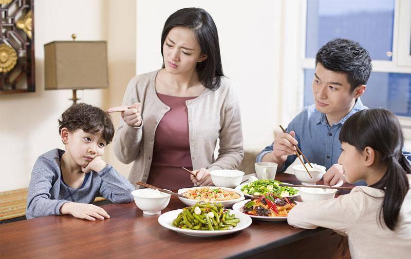 餐桌看人品,孩子吃饭时的两个表现,说明情商低,前者最难忍  第6张