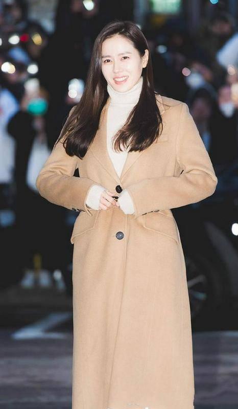 原创             39岁孙艺珍恋爱后更美了,穿西装大衣配皮腰带,满满的高级范