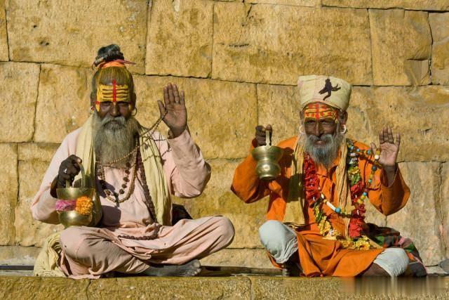 """印度最奇特的村庄,家家户户楼顶停""""飞机"""",男人要求不许剃头发"""