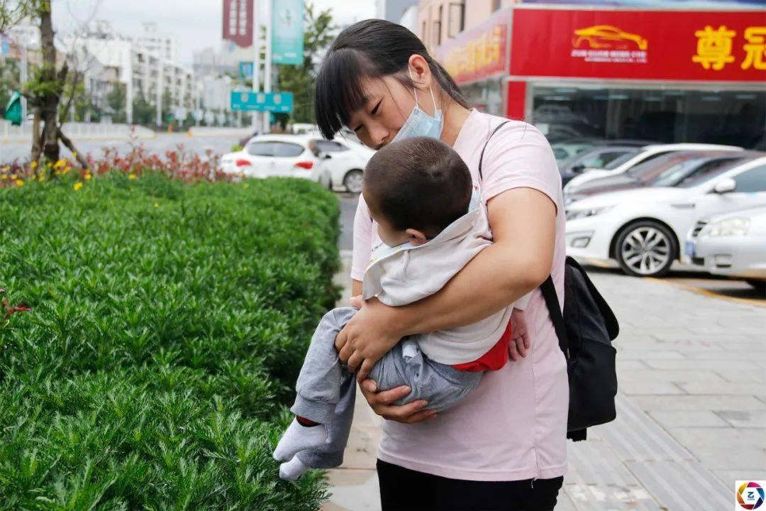 女子挺着孕肚去买菜,中途天气突变跑回家,未料孩子早产引发悲剧