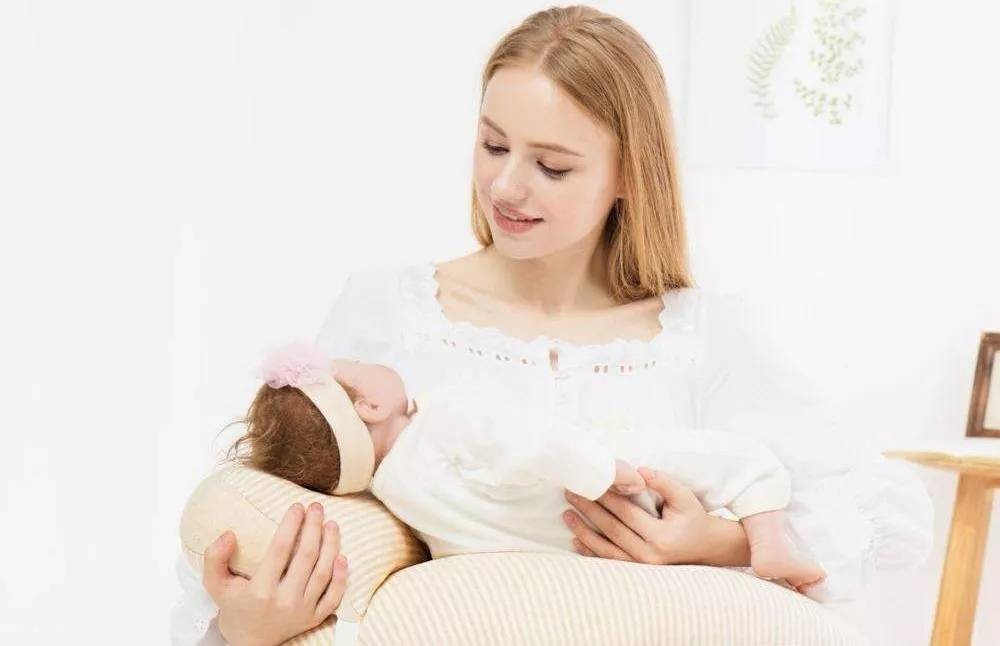 夜间哺乳要起来吗?躺着和抱着,哪个对宝宝更好?关系到安全隐患