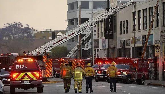 洛杉矶火灾引爆仓库,明火已灭11名消防员受伤