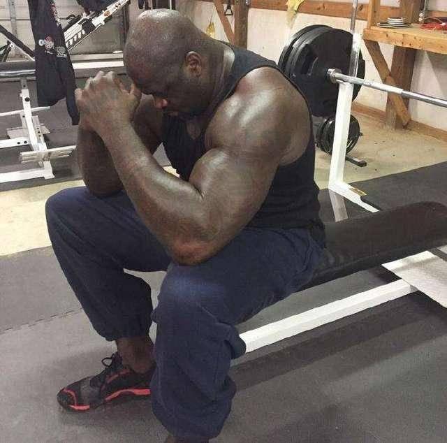 奥尼尔的身体有多恐怖?300斤弹跳高度能平筐,退役后6块腹肌明显