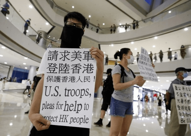 """惊!香港有人举牌""""请求美军登陆"""",网民:丢尽祖宗的脸,马上国安立法,拉他们去坐监"""