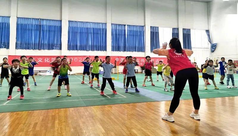 益阳市文化馆志愿者赴市羽毛球运动学校开展关爱青少年成长活动